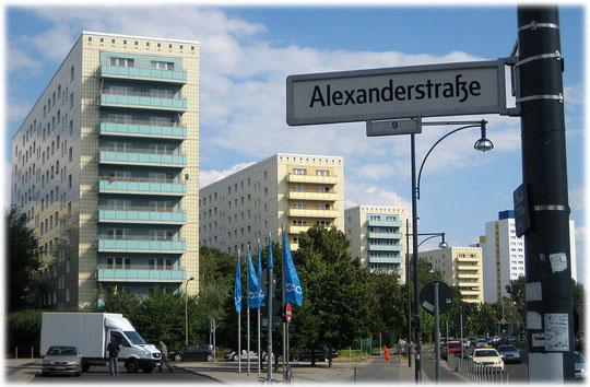 Bild von Plattenbauten am Alexanderplatz in Ost-Berlin. Die Fotos zeigen zahlreiche Plattenbausiedlungen rund um den Alex.