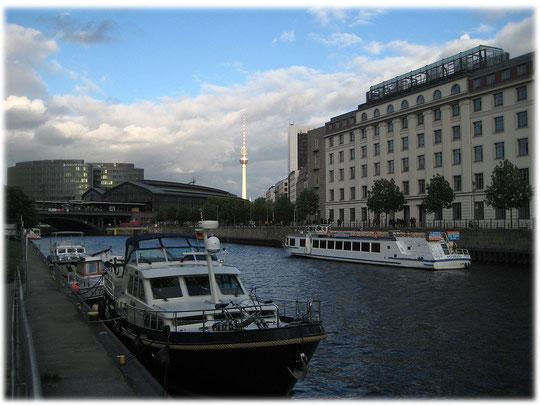 Ein Foto vom Fernsehturm Berlin mit dem Bahnhof Friedrichstraße im Vordergrund. Die Spree ist auf dem Foto ebenfalls zu sehen. Bilder und Fotos aus Berlin und der Berliner Geschichte.