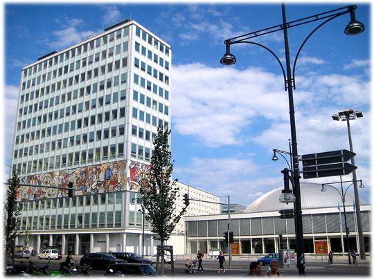 Ein Bild vom haus des Lehrers und ein Bild von der Kongresshalle aus der DDR am Alexanderplatz in Berlin. Beide Bauten wurden zu Zeiten der DDR errichtet und können bis heute benutzt werden.
