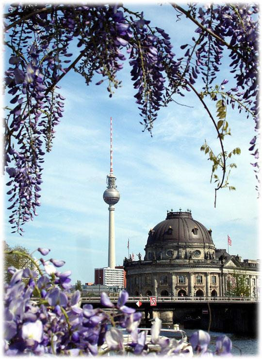 Bilder vom Berliner Fernsehturm. Der Turm wurde von der DDR erbaut und diente dem sozialistischen Ost-Berlin als Wahrzeichen. Auf dem Foto ist auch das Bode-Museum auf der Museums-Insel zu sehen.