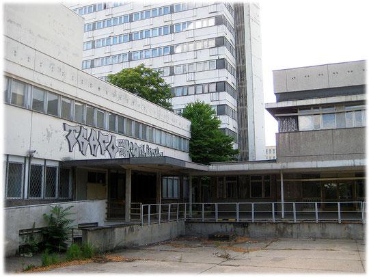 Ein Bild von einem DDR Hinterhof. Das Foto zeigt eine ehemalige Schule der DDR. Es war entweder ein DDR Gymnasium oder eine DDR Grundschule.