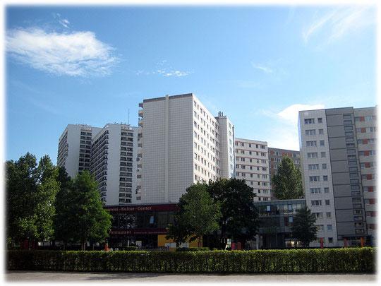 Auf dem Bild sieht man eine DDR-Plattenbau-Wohnsiedlung in Berlin Mitte, Leipziger Straße. Bilder von Wohnhäusern in Plattenbauweise.