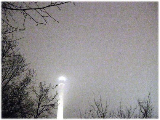 Fotos und Bilder vom Fernsehturm in Berlin. Ein Video zeigt eine Reise in das Innere des Turms und hoch in die Kuppel. Bilder über die Geschichte der DDR in Ostberlin und am Alexanderplatz.