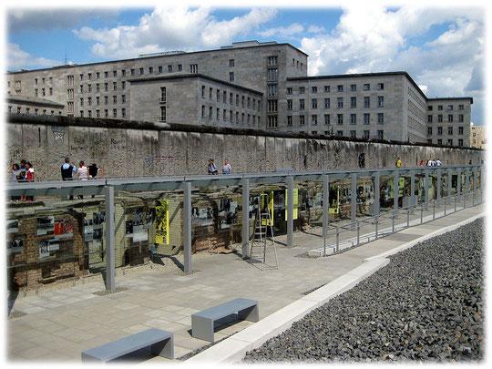 Mauerreste an der ehemaligen Gestapo-Zentrale der nazis in der Prinz-Albrecht-Straße 8. Die Nazis hatten hier einen Folterkeller und ein Gefängnis eingerichtet. Bilder der Mauer im Bilderbuch Berlin.
