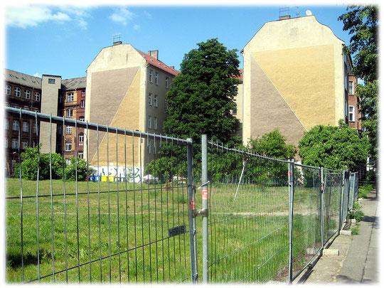 Bilder von Mauergrundstücken, die zum Mauerbau enteignet wurden. Die Grundstücksbesitzer mussten ihr Gut hergeben, damit die Grenze zwischen West und Ost errichtet werden konnte.