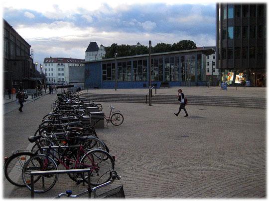 Fotos und Bilder vom Tränenpalast der DDR am Bahnhof Friedrichstraße. Hier mussten die DDR-Bürger Abschied von ihren Besuchern aus dem Westen nehmen.