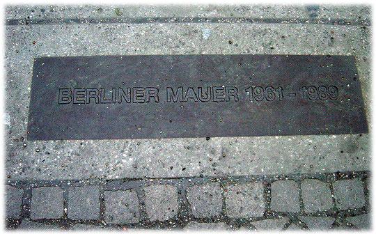 Bilder von der Berliner Mauer. Die Berliner Mauer von 1961 bis 1989. Gedenksteine im Boden weisen auf den ehemaligen Verlauf der Mauer in Berlin hin.