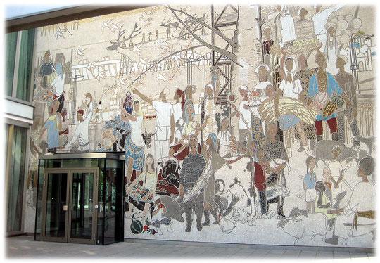 Bilder vom Mosaik am Eingang vom Cafe Moskau in Berlin Friedrichshain. Aus dem Leben der Völker der Sowjetunion des Malers Bert Heller. Foto vom Cafe Moskau in Berlin.
