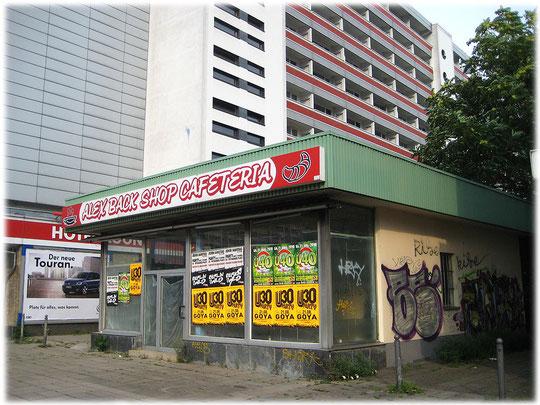 Auf diesem Bild sieht man deutlich einen ehemaligen Kiosk der DDR. das Foto zeigt ein verfallenes Gebäude. Zwischen den Plattenbauten standen Geschäfte, Kioske, Schulen und Kitas.
