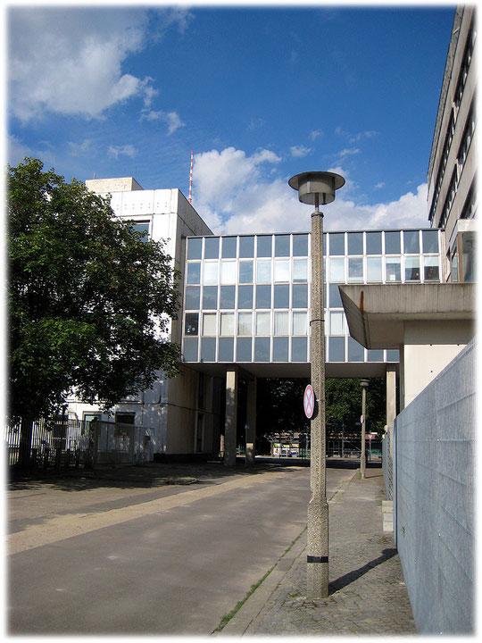 Ein Foto von einer historischen alten DDR Straßenlampe. Die Straßenleuchte der DDR steht hinter dem Ministerium für Bauwesen in der Breiten Straße in Berlin Mitte.