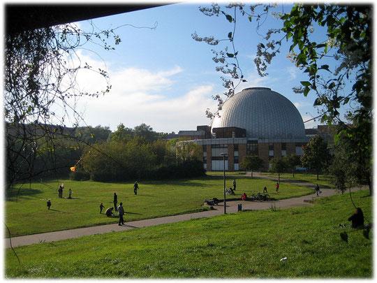 Ein Bild vom Carl Zeiss Planetarium auf dem Prenzlauer Berg in Berlin, an der Straße Prenzlauer Allee 80. Das Planetarium wurde von der DDR gebaut und 1987 in Betrieb genommen.