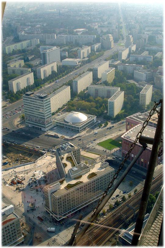 Bilder von der Geschichte der DDR am Alexanderplatz. Im Bilderbuch Berlin sind zahlreiche Bilder aus der Geschichte der Stadt zu finden. Ein Bild vom Alexanderhaus am Alex. Geschichte von Ostberlin