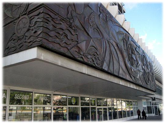 Bild vom Relief des Künstlers Walter Womacka in der DDR am Haus des Reisens am Berliner Alexanderplatz. Das Bild ist ein Symbol der DDR für Zeit und Raum. Fotos und Bilder von Symbolen der DDR.