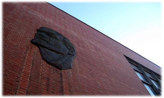Bild vom Kopf des lenin, des großen Führers der Russen. Der Kopf von Lenin klebt auf diesem Bild symbolisch an einer Wand der Russischen Botschaft in Berlin Mitte.