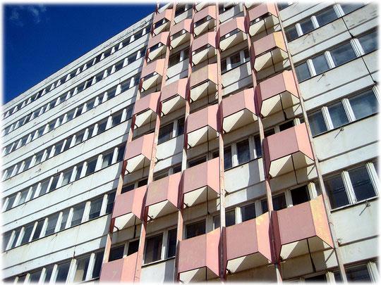Das Bild zeigt rosa Elemente, mit denen die DDR ihre Plattenbauten Bürohäuser verschönern wollte, bzw. versuchte, moderne DDR Architektur in die Tat umzusetzen. Fotos und Bilder von Gebäuden der DDR.