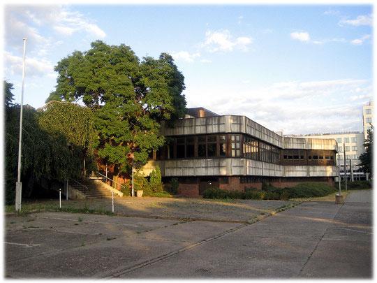 Bild von einem Krankenhaus aus Zeiten der DDR. Das Bauwerk ist heute ungenutzt und wird für Filmproduktionen genutzt. Das Haus steht in Hohenschönhausen.