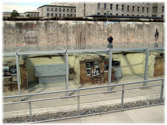 Die Bilder zeigen die Reste der Grenze in Berlin. Die frühere Zonengrenze verlief entlang der Gestapo-zentrale, in der viele Gefangene gefoltert und gedemütigt wurden.