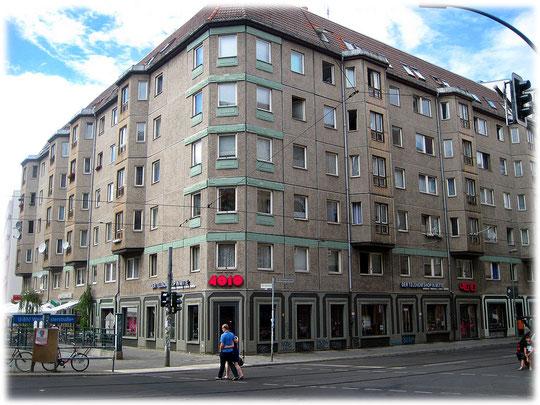 Das Bild zeigt einen Plattenbau der DDR in der Weinmeisterstraße, Ecke Rosenthaler Straße. Das Foto ist aus Berlin-Mitte, dem ehemaligen Ostberlin, Zentrum der DDR.