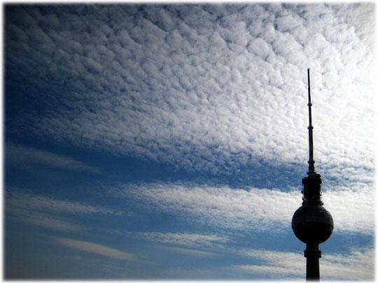 Ein Bild vom Berliner Fernsehturm am Alexanderplatz im Gegenlicht. Das Foto wurde von der Terrasse des Park Inn Hotels am Alex aufgenommen. Bilder vom Fernsehturm in Berlin.