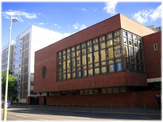 Das Foto zeigt einen Teil der russischen Botschaft in Berlin. Auf dem Foto sieht man den Kopf von Lenin und Stalin. Das Bauwerk ist in typischer DDR-Bauweise errichtet, sozialistisch und kommunistisch