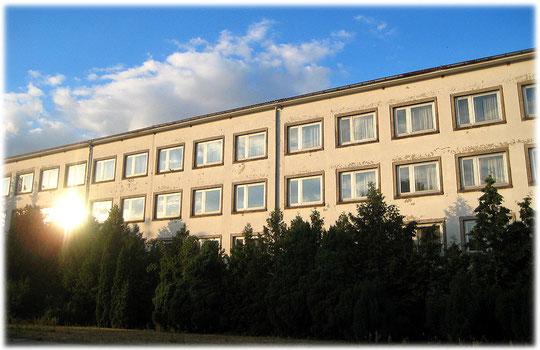 Das Haus, in dem die DDR-Sportler wohnten, während sie Wettkämpfe auf dem Sportforum in Hohenschönhausen ausübten. Auf dem Bild sieht man den Verfall des DDR-Bauwerkes deutlich.