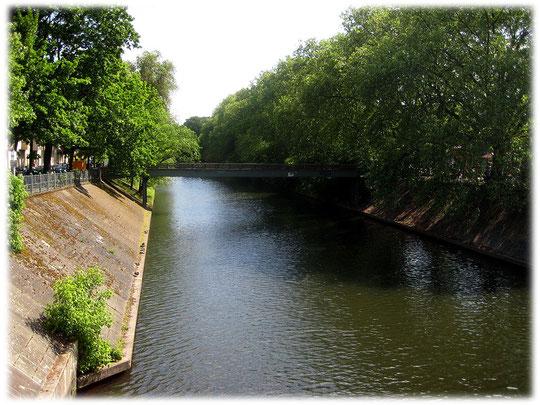 Die Lohmühlenbrücke zwischen Treptow und Neukölln war durch die Mauer versperrt. Auf dem Bild sieht man die kleine Fußgängerbrücke, die als Notlösung neben der Mauer gebaut wurde.