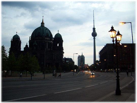 Ein Foto, das im Hintergrund den Berliner Fernsehturm zeigt. Dieses Bild aus dem Bilderbuch Berlin zeigt rechts den DDR Palast der Republik, bevor er leider abgerissen wurde. Bilder aus der Geschichte