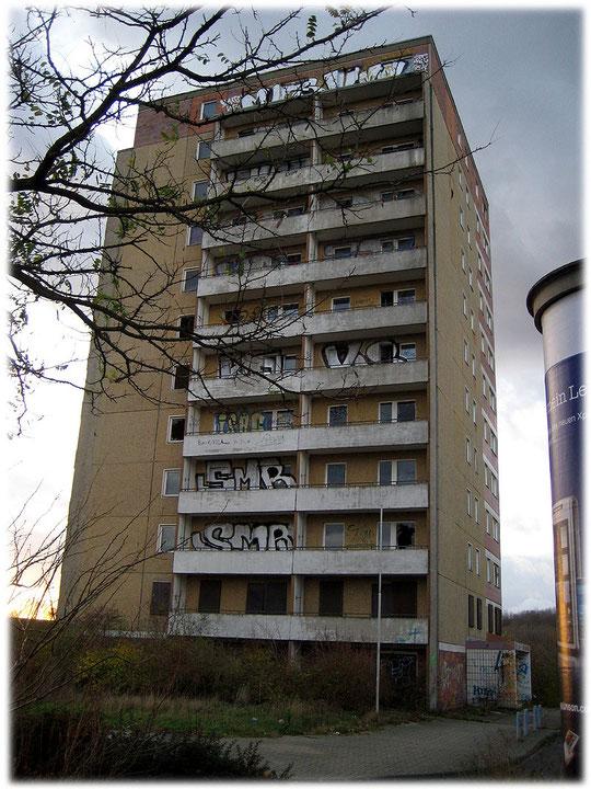 Das Bild von einem verfallenen Plattenbau in Hohenschönhausen Berlin. Bilder von Plattenbauten in der DDR. Fotos von Plattenbauten in Ostberlin und in der DDR.