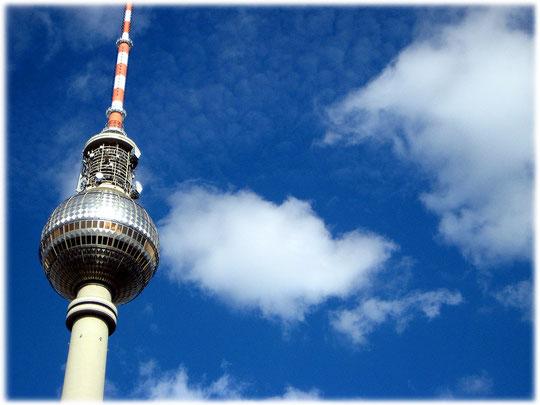 Dieses Bild des Fernsehturms in Berlin zeigt das christliche Kreuz auf der Kuppel. Das Kreuz zeigt sich, sobald die Sonne auf den Fernsehturm scheint. Die DDR-Führung hatte das nicht bedacht.
