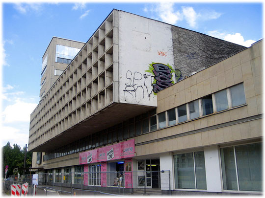 Ein Foto vom Gebäude des früheren DDR ADN Hauses. ADN steht für Allgemeiner Deutscher Nachrichtendienst. Das DDR Bauwerk wird momentan nicht genutzt und steht leer.
