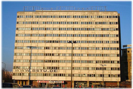 Das Bild zeigt das frühere Amt für Statistik in der DDR. Auf dem Foto sieht man das halb verfallene Gebäude, das in der Nähe des Alexanderplatzes steht.