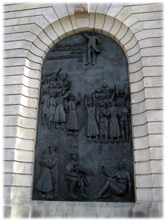 Bilder und Fotos von Karl Liebknecht der auf dem Balkon des Stadtschlosses in Berlin die Weimarer Republik ausruft.