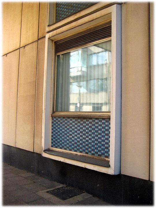 Bild von einem Fenster am Ministerium für Bauwesen. Das Gebäude ist im typischen sozialistischen kommunistischen Baustil errichtet.
