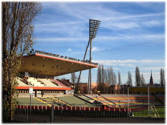 Bild vom Friedrich Ludwig Jahn Sportpark und Sportstadion am Mauerpark in Prenzlauer Berg. Die DDR hat dieses Stadion erbaut um den Ostberlinern sportliche Aktivitäten zu ermöglichen.