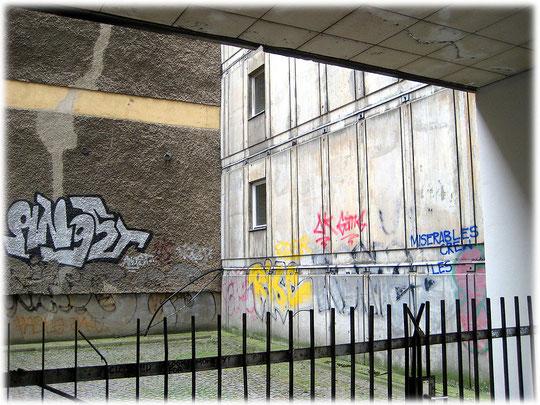 Bilder und Fotos von Plattenbauwerken in Berlin-Mitte und in Ostberlin. Bild von einem Hinterhof eines Berliner Plattenbaus. Die Menschen müssen in traurigen Behausungen wohnen.