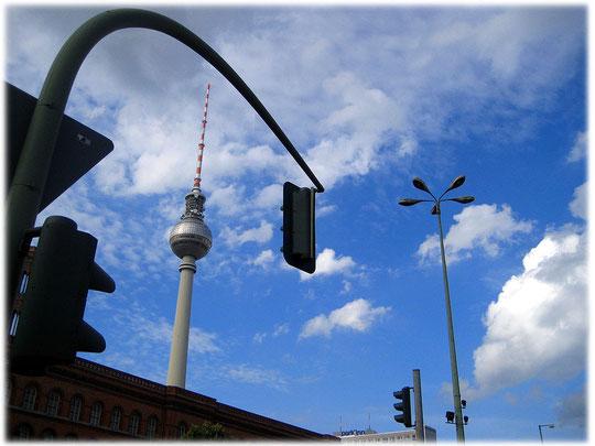 Bilder vom Fernsehturm in Berlin am Alexanderplatz. Fotos und Videos über die DDR und die Geschichte der DDR rund um den Alexanderplatz in Ostberlin.