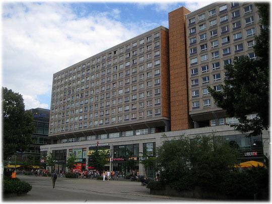 Das Foto zeigt die Rathaus Passagen und die darüber liegenden Plattenbauwohnungen am Alexanderplatz in Berlin. Die DDR hat hier nur besondere Sozialisten wohnen lassen. Bilder und Fotos vom Alex