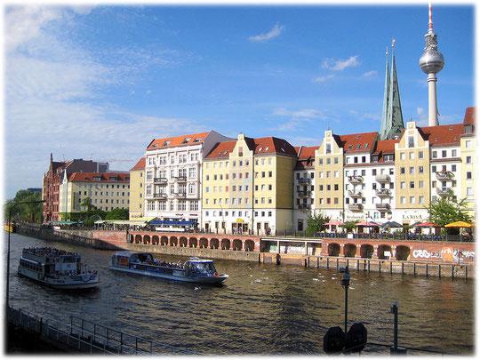 Auf diesem Bild sieht man die Bauwerke der DDR im Nikolaiviertel in Berlin Mitte. Das Foto zeigt die Gebäude die zu Zeiten der DDR gebaut wurden. Bilder von Gebäuden und Bauwerken aus der DDR.