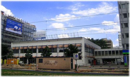 Das Bild zeigt ein früheres Shopping-Center in der DDR. Einkaufspassage DDR. Bild von einem Ladengeschäft und Verkaufsladen in der DDR. Laden in Ostberlin.