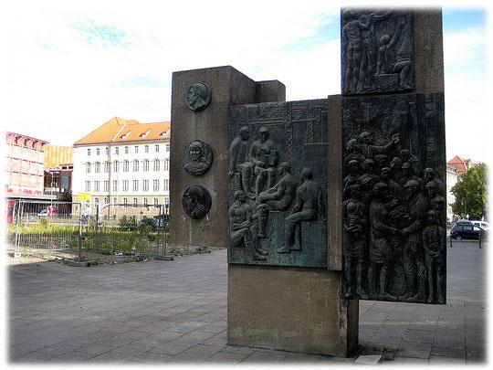 Bild eines Denkmals in der DDR. Das Bild zeigt ein Denkmal für den Sozialismus und Kommunismus in der DDR. Die DDR stellte Denkmäler für den Sozialismus in Berlin Mitte auf.