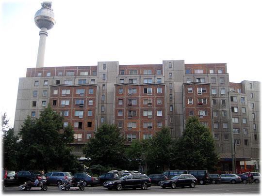 Bilder von Plattenbauten und Wohnungen in der Platte am Berliner Alexanderplatz. das Foto zeigt besonders hässliche Wohnung die ganz nahe am Alex stehen. Bilderbuch Berlin.