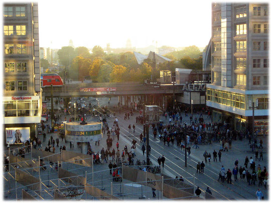 Bilder vom Alexanderplatz zu Zeiten der DDR. Spuren der Geschichte der DDR am Alexanderplatz. Das Bild zeigt das Berolinahaus und die Weltzeituhr am Alex.