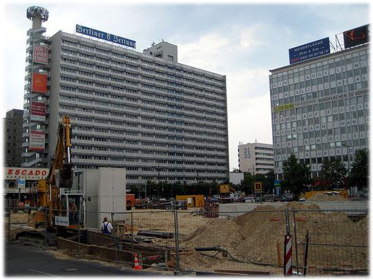 Bilder von der Alexanderstraße und Fotos vom Haus der Berliner Zeitung. das Bild zeigt einen Plattenbau am Alexanderplatz in Berlin Mitte.