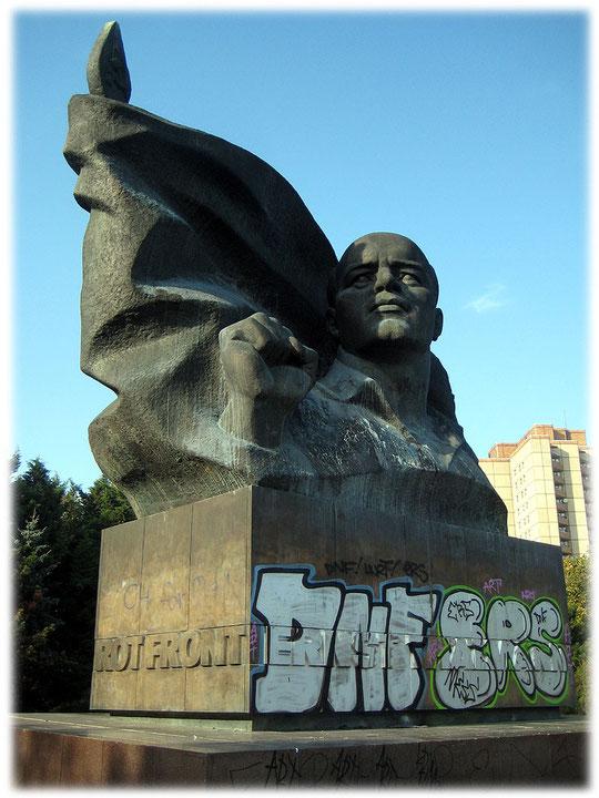 Bild von dem Denkmal von Ernst Thälmann. Das von Kerbel gestaltete Denkmal wurde 1986 in der DDR eingeweiht. Bilder vom Ernst-Thälmann-Park in Ostberlin.
