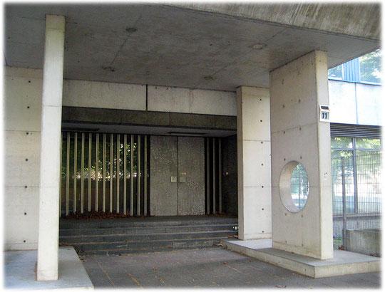 Auf diesen Bildern finden sich zahlreiche Details über Gebäude und Bauwerke der DDR. Hier sieht man Fotos vom Haupteingang des Ministeriums für Bauwesen der DDR in Berlin-Mitte.