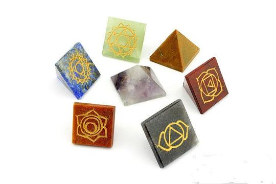 set de 7 piramides de cuarzos labrados simbolos de chackras  $950.00 pesos