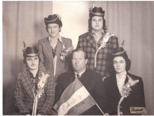 Jahrgang 1957: Albin Bittenauer, Herbert Beck, Franz Bittenauer, Josef Brüstl mit Bgm. Josef Bösmüller (alte Hausnr. 33)