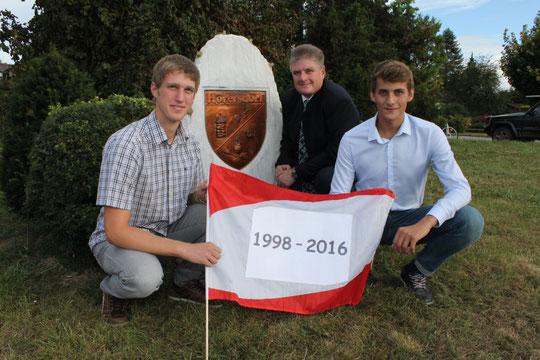 Jahrgang 1998: Florian Scheiner u. Johannes Beranek mit Ortsvorsteher Karl Stubenvoll
