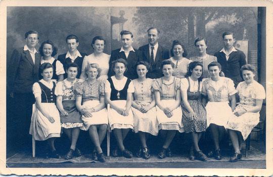 Hörersdorf 1950: Unser Kirchenchor (Leitung Mende u. Anton Böhm) erreichte beim Bezirkswettsingen in Mistelbach den 1. Platz - Foto von Agnes Richter