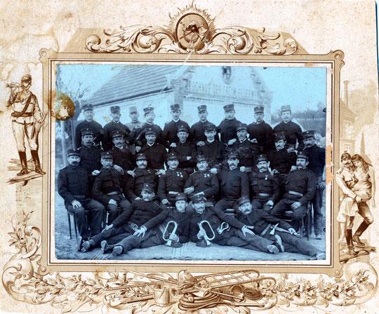 Höersdorf ca. 1915-1920: Freiwillige Feuerwehr Hörersdorf vor dem damaligen Feuerwehrhaus - Foto v. Agnes Richter